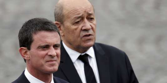 Le premier ministre, Manuel Valls (à gauche), et le ministre de la défense, Jean-Yves Le Drian (à droite), le 14 juillet 2016.