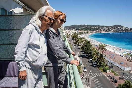 Georges Pellet etJackie Lacour, au balcon de leur appartement qui surplombe la promenade des Anglais, à Nice.