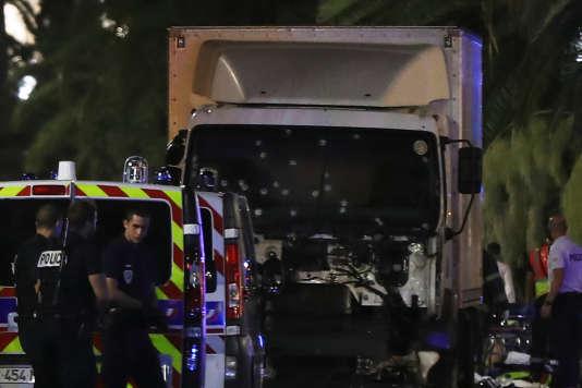 Les impacts sur la vitre avant du camion se situent surtout au niveau du siège côté passager.