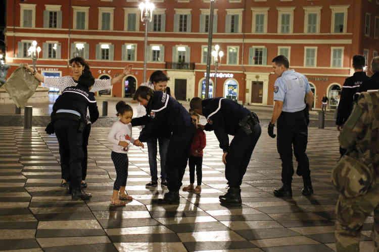 Place Masséna, dans la nuit. Des gendarmes fouillent des passants.