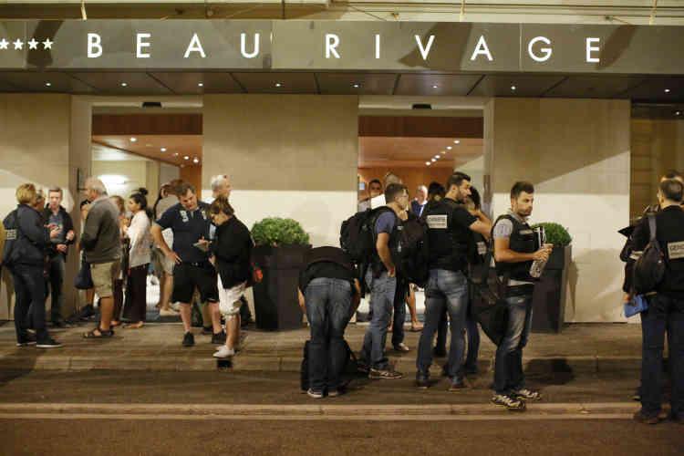 Des survivants sont amenés par des policiers vers l'hôtel Beau Rivage où ils sont pris en charge par les enquêteurs.