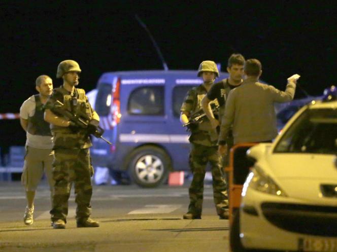 Les forces de l'ordre bloquent l'accès aux lieux du drame, dans la nuit du jeudi 14 au vendredi 15 juillet à Nice.