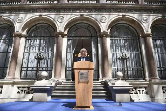 Boris Johnson, devant le siège du ministère des affaires étrangères, à Londres, le 14 juillet.