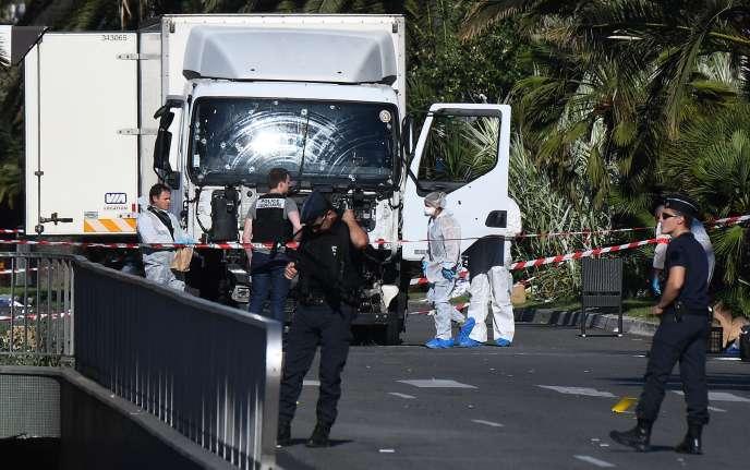 Les forces de l'ordre sur les lieux du drame, le 15 juillet à Nice.