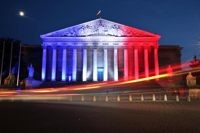 L'Assemblée nationale le 15 juillet, illuminée aux couleurs du drapeau national en hommage aux victimes de l'attentat de Nice survenu la veille.
