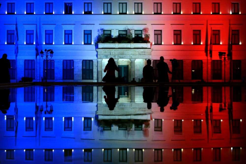 L'hôtel de villeilluminé avec les couleurs du drapeau français en hommage aux victimes de l'attentat de Nice, le 15 juillet à Athènes.