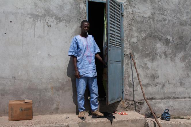 Cheikh Ahmed a survécu à Ebola. Pas sa femme. Il élève ses neuf enfants avec l'aide de sa soeur, mais a dû quitter sa maison. Pour s'en sortir et ne plus lutter seul, il a créé une association d'entraide dans son quartier de Firema.