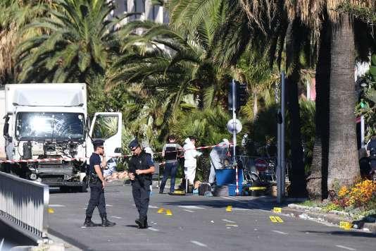 La police inspectait, vendredi matin, le camion du terroriste sur la promenade des Anglais, à Nice.
