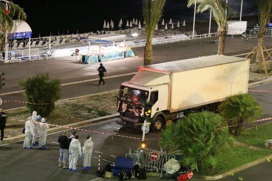 La police inspecte le camion utilisé pour l'attentat de Nice.