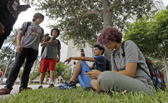 Des joueurs de «Pokémon Go» réunis àBayfront Park, un jardin de Miami.