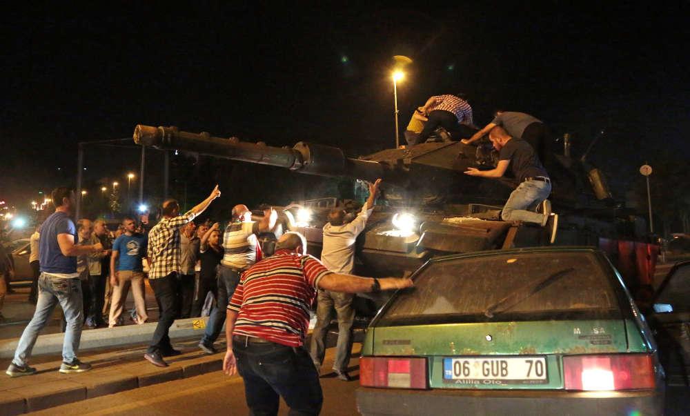 Des manifestants pro-Erdogan tentent d'arrêter un tank à Ankara.