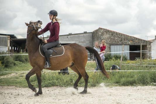 Olivia McDowell assiste avec ses enfants au cours d'équitation d'Ondine.