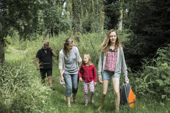 Après la virée en barque, la famille McDowell et Ondine rejoignent la bâtisse familiale dans la campagne vendéenne.