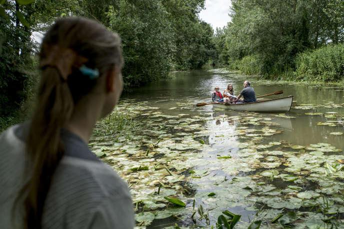 Balade en barque sur le Lay, en Vendée, pour la jeune Ondine, en séjour linguistique dans la famille McDowell, sous le regard d'Olivia, la maman.