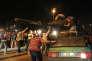 Des passants cherchent à arrêter un char lors de la tentative de coup d'Etat, à Ankara, dans la nuit du 15 au 16 juillet 2016.