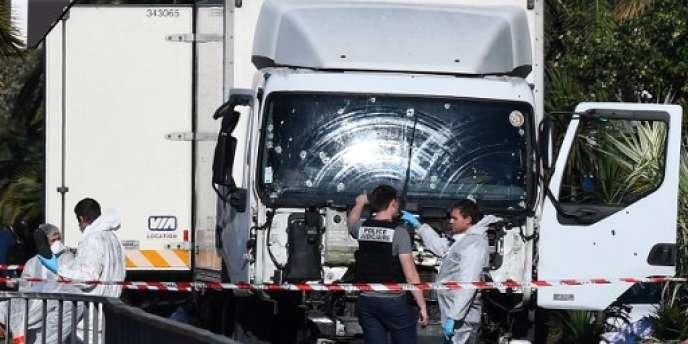 Sur la promenade des Anglais, à Nice, le camion qui a servi à l'attentat terroriste, causant la mort de 84 personnes le 14 juillet 2016.