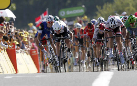 Mark Cavendish, au centre avec le casque blanc, à l'arrivée de l'étape de Villars-les-Dombes sur le Tour 2016.