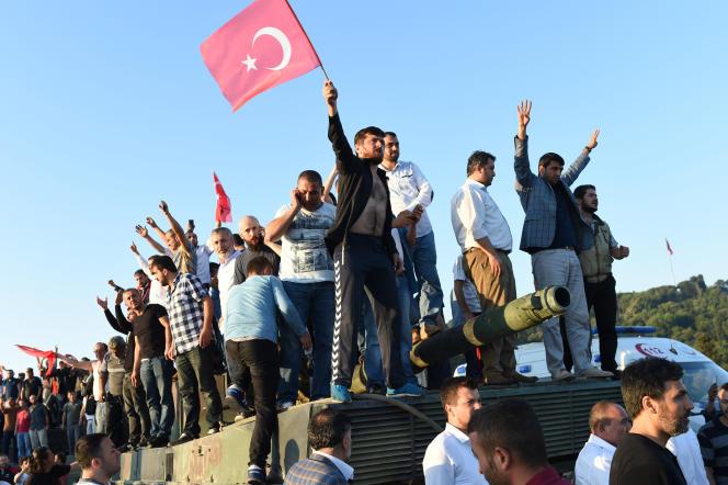 Des civils opposés au coup d'Etat juchés sur les chars des putschistes, à Istanbul, samedi matin 16 juillet.