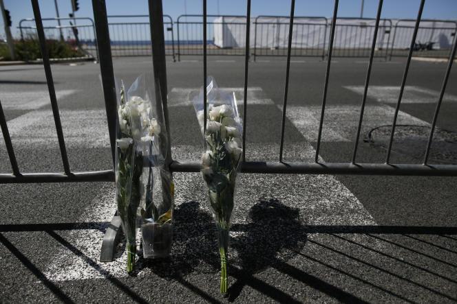 Des fleurs posées sur les barrieres delimitant la zone protegeé de la promenade des Anglais.