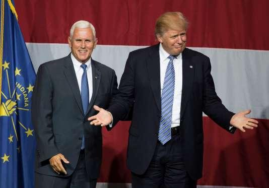 Le gouverneur de l'Indiana, Mike Pence, au côté de Donald Trump, le 12 juillet, à Westfield.