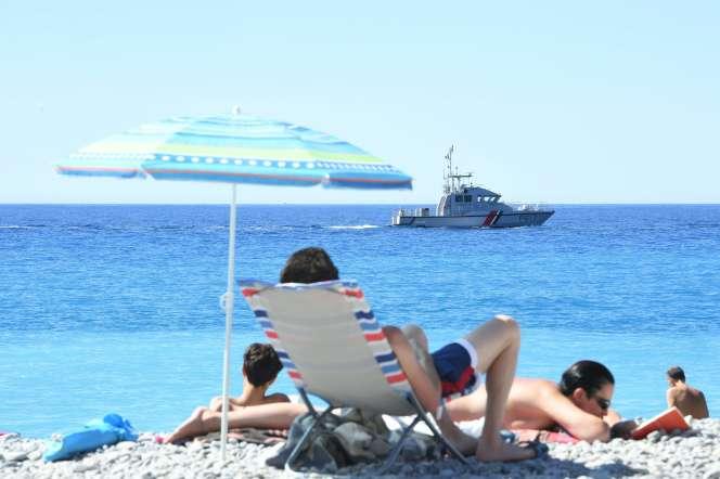 Des touristes en vacances sur la plage de Nice, 2016.