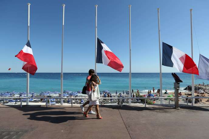 Drapeaux en berne à Nice, le 16 juillet 2016.