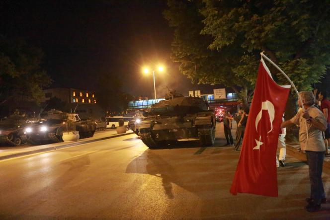 Des habitants d'Ankara opposés au coup d'Etat tentent de prendre le contrôle d'un char piloté par des soldats putschistes, le 16 juillet.