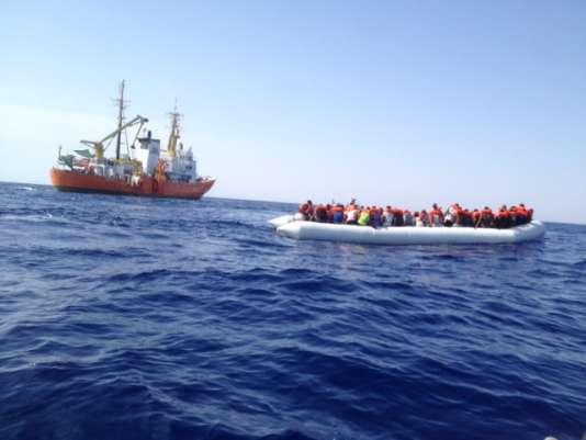 L'Aquarius s'est approché d'un canot de migrants et les sauveteurs ont distribué les gilets de sauvetage.