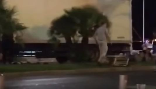 Un homme passe à proximité du camion du tueur de Nice jeudi 14 juillet.