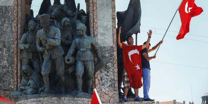 Manifestants protestant contre le coup d'état, le 16 juillet 2016 à Istanbul.