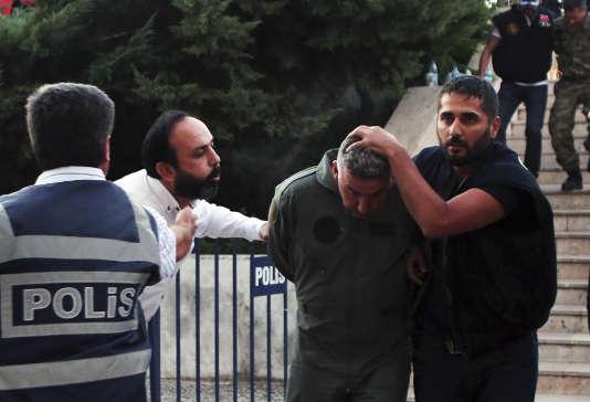 Un militaire turc arrêté pour son implication supposée dans la tentative de coup d'Etat du 15 juillet, à Mugla (Turquie), le 17 juillet.
