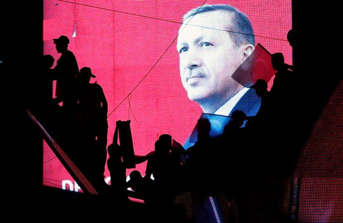 Des partisans du régime turc soutenant le président Tayyip Erdogan, durant une manifestaiton à Ankara, le 17 juillet 2016