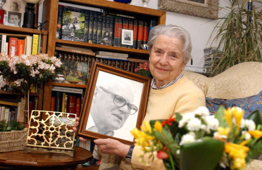 Raymonde Tillon, avec le portrait de son mari Charles Tillon, le 26 avril 2005.