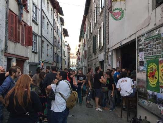 Dans les rues de Bayonne, jusque tard dans la soirée, les militants contre le tunnel Lyon-Turin, les lignes à très haute tension espagnoles ou la gare de Stuttgart, ont échangé leurs arguments.
