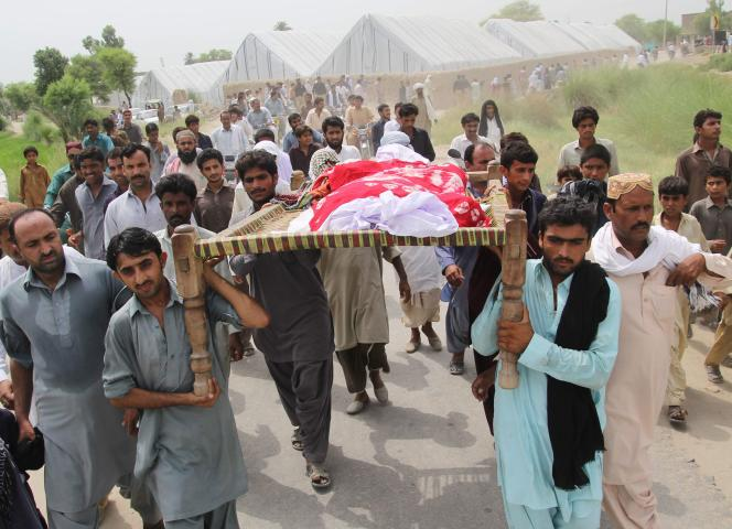 Lors des funérailles de Qandeel Baloch,la jeune femme assassinée, au Pakistan le 17 juillet 2016.