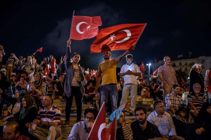 Des manifestants soutiennent le gouvernement turc sur la place Taksim à Istambul, le 17 juillet 2016