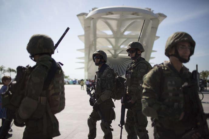 Des soldats patrouillent à Rio de Janeiro, le 9 juillet.