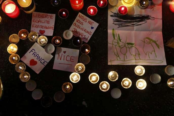 Bougies et messages déposés sur la promenade des Anglais en hommage aux victimes des attentats de Nice, le 17 juillet 2016.