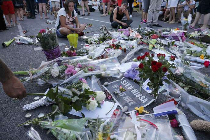 Des fleurs laissées près de la promenade des Anglais, après l'attentat de Nice, le 14 juillet 2016.