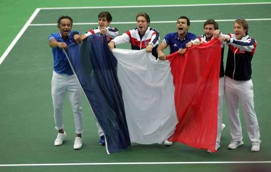 La capitaine Yannick Noah, aux côtés de Pierre-Hugues Herbert, Nicolas Mahut, Jo-Wilfried Tsonga, Gilles Simon et Lucas Pouille, après leur victoire, dimanche 17 juillet face à la République tchèque.