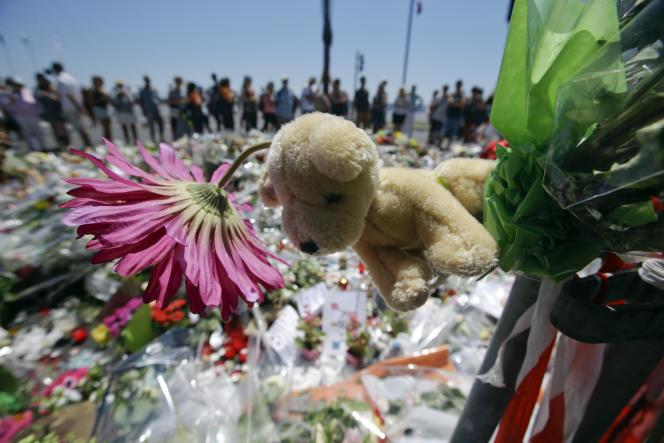 Mémorial improvisé sur la promenade des Anglais, le 17 juillet.