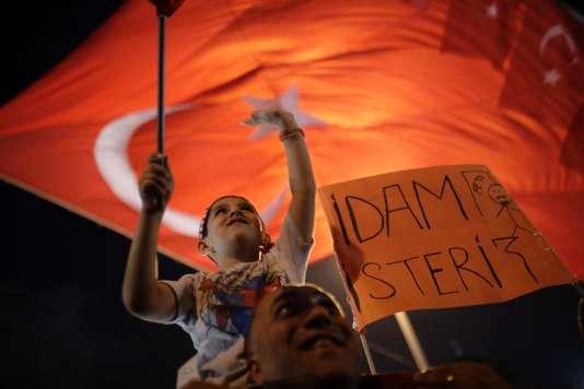 Lors du rassemblement de sympathisants de Recep Tayyip Erdogan à Istanbul, dimanche, une pancarte avec l'inscription :« Nous voulons la peine de mort».