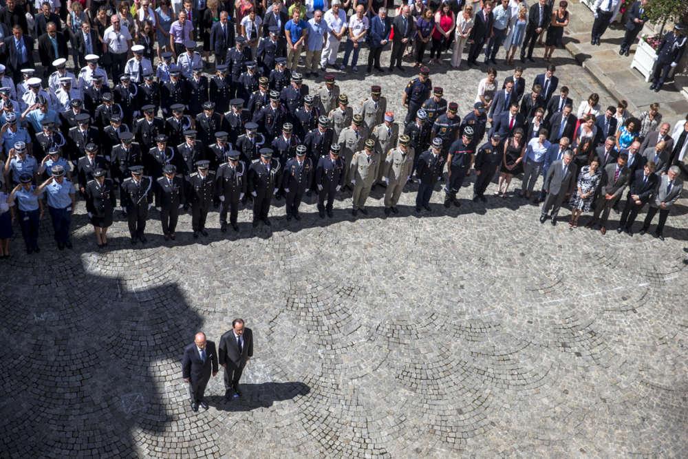 Le président, François Hollande, s'est quant à lui rendu au ministère de l'intérieur à pied pour observer, à 12h2, une très solennelle minute de silence avec Bernard Cazeneuve.