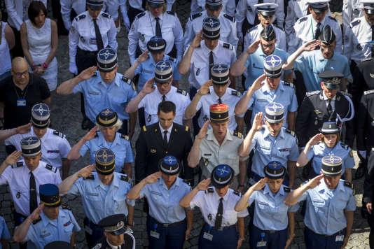 Bernard Cazeneuve et François Hollande respectent une minute de silence dans la cour du ministère de l'Intérieur après l'attentat du 14-Juillet à Nice. A Paris, lundi 18 juillet.