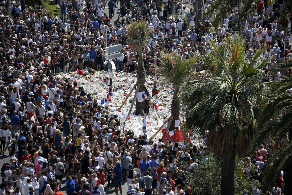 Une minute de silence a été observée à Nice par une foule de plusieurs milliers de personnes rassemblées sur la promenade des Anglais en présence notamment du premier ministre Manuel Valls.