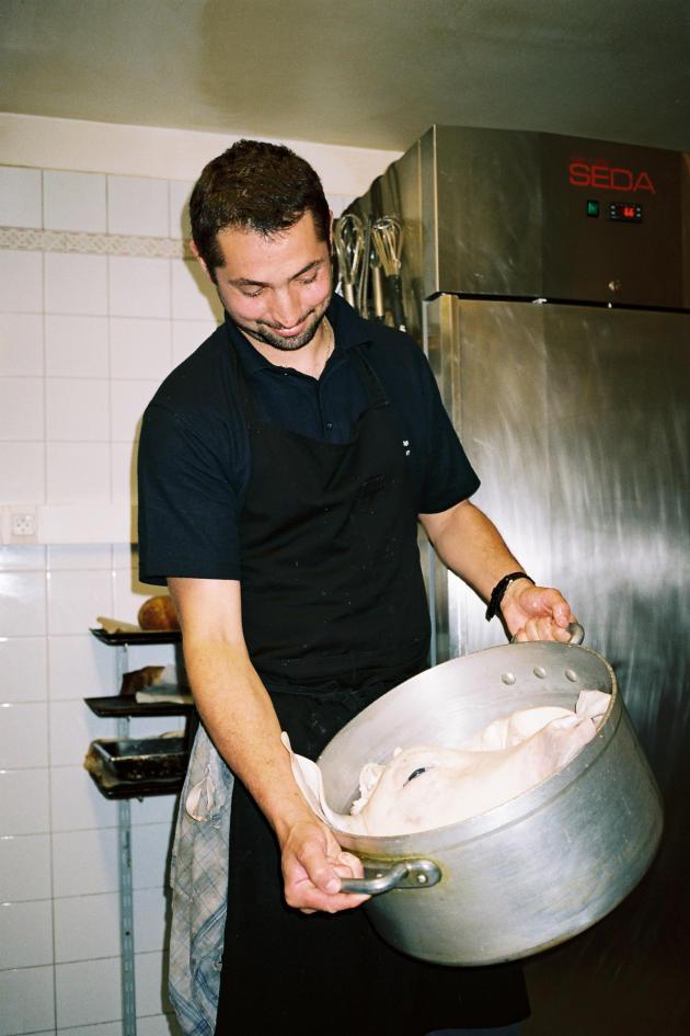 Aurélien Bellocq, le chef, s'intéresse à la cuisine de « grand-mère», avec des plats comme la tête de veau.