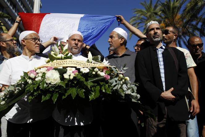 Les imams des Alpes-Maritimes ont déposé une gerbe de fleurs près de la promenade des Anglais, à Nice, le 15 juillet.