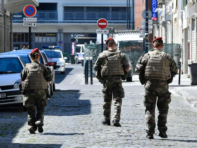 Des militaires de l'opération sentinelle, le 18 juillet, à Bordeaux.