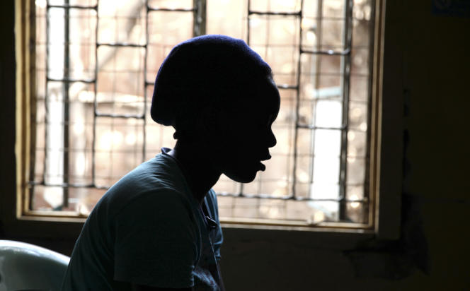 Une jeune patiente atteinte du VIH, dans un hôpital de Nairobi (Kenya), en février 2015.