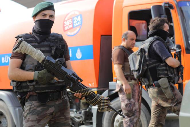 Des membres des forces spéciales devantl'académie de l'armée de l'air d'Istanbul, le 18 juillet.